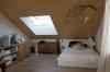 Das Wohnzimmer mit der hohen und hellen Decke