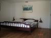 Das Schlafzimmer mit dem großen Doppelbett