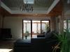Das Wohnzimmer mit der hohen Decke