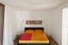 Das gemütliche und große Bett bietet auch Platz für zwei Personen